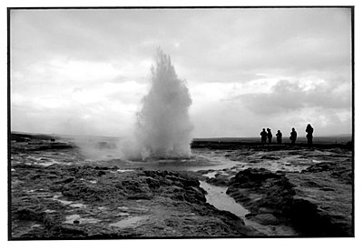 Geyser erupts as people stand and watch - p3487297 by Arnaldur Halldorsson