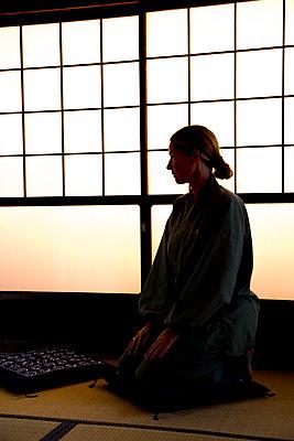 Frau sitzend im Japanischen Zimmer - p958m1573133 von KL23
