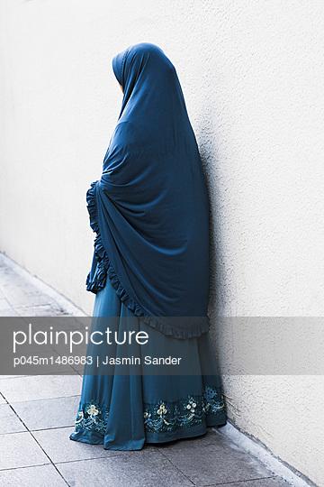 Anonyme Frau im blauen Gewand - p045m1486983 von Jasmin Sander