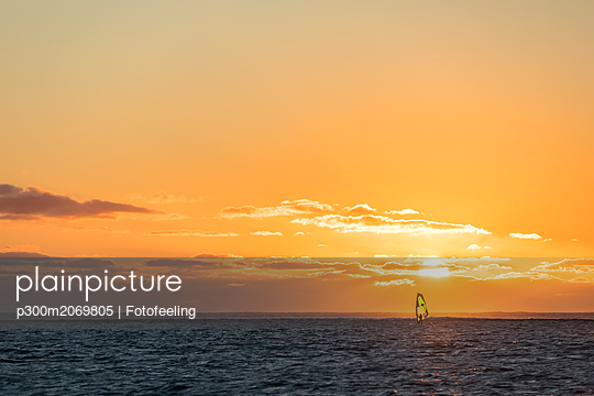 Mauritius, Le Morne, Indian Ocean, sail boarder at sunset - p300m2069805 by Fotofeeling