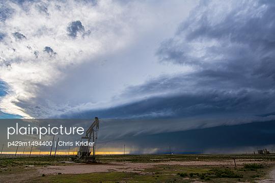 plainpicture | Photo library for authentic images - plainpicture p429m1494400 - Supercell thunderstorm loom... - plainpicture/Cultura/Chris Kridler