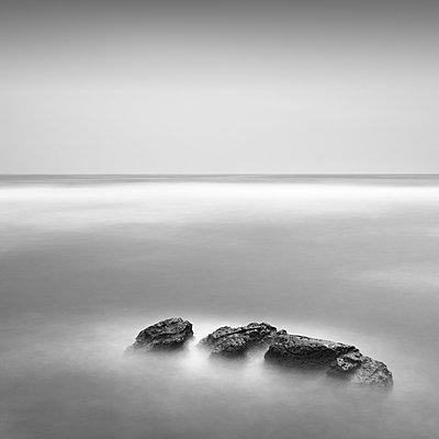 Long exposure of sea rocks in Inamuragasaki, Kanagawa Prefecture - p1166m2078136 by Cavan Images