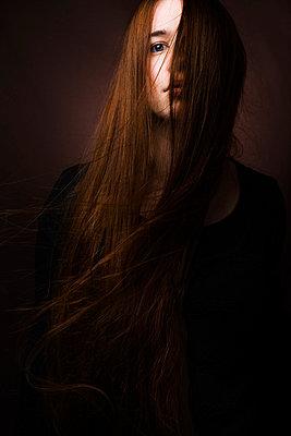 Junge Frau mit roten wehenden Haaren - p1180m987366 von chillagano