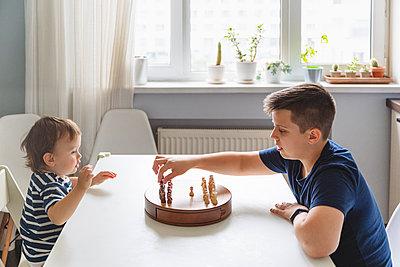 Moskau, Russland.Geschwister spielen Schachspiel - p300m2277692 von Katharina und Ekaterina