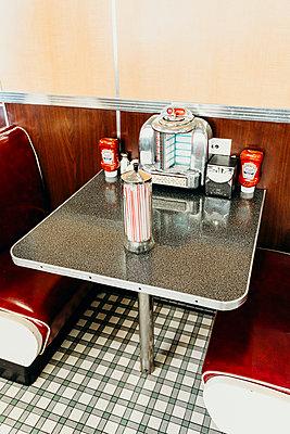 Tisch im Diner in Los Angeles - p432m2064237 von mia takahara