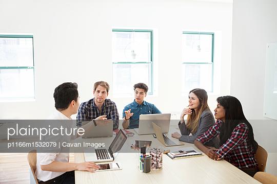 plainpicture | Photo library for authentic images - plainpicture p1166m1532079 - Business people discussing ... - plainpicture/Cavan Images