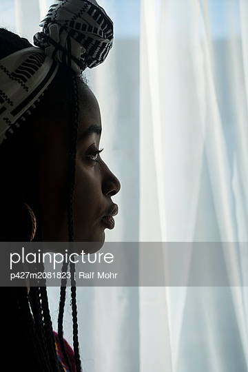 Jung african woman - p427m2081823 by R. Mohr