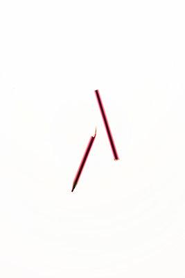 Rosa Buntstift in Teilen - p1212m1220890 von harry + lidy