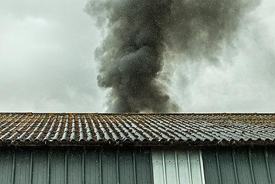 Black smoke - p1402m1466078 by Jerome Paressant