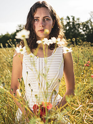 Teenage girl in summer in a flowering meadow - p1564m2294935 by wpsteinheisser