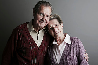 Portrait of senior couple, smiling, close up - p300m2207232 by Jan Tepass