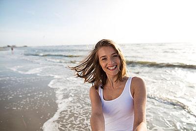 Junge Frau am Strand von St. Peter-Ording - p341m1480697 von Mikesch