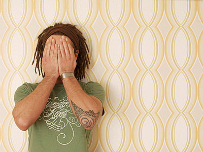 Man with dreadlocks in front of old-fashioned wallpaper - p4737814f by STOCK4B-RF