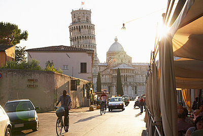 View of the Leaning Tower of Pisa from city street, Pisa, Toscano, Italy - p555m1415382 by Rolf Bruderer