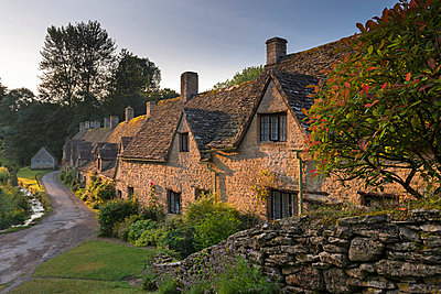 Picturesque cottages at Arlington Row in the Cotswolds village of Bibury, Gloucestershire, England, United Kingdom, Europe - p871m993828 by Adam Burton