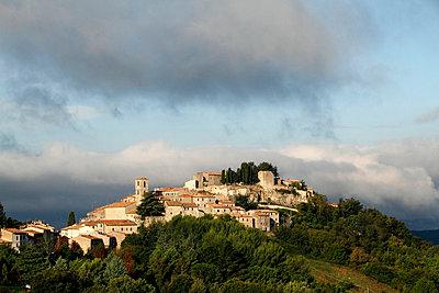 Dorf auf einem Huegel in der Toskana - p9792345 von Mayall
