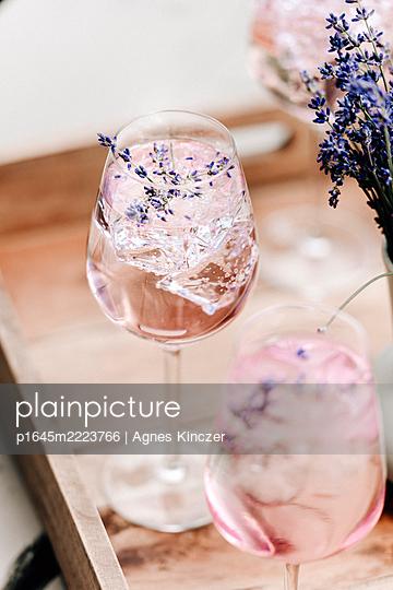 Lavendel-Cocktail - p1645m2223766 von Agnes Kinczer
