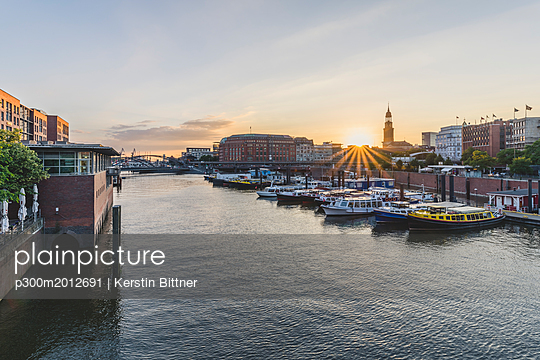 Germany, Hamburg, inland harbour with St. Michaelis Church in background - p300m2012691 by Kerstin Bittner