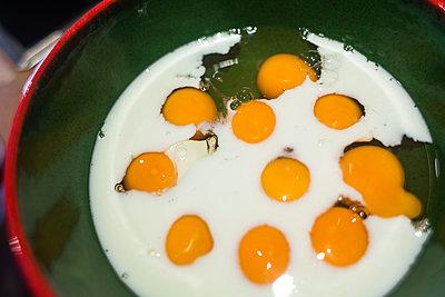Eier in Schüssel - p1301m1195830 von Delia Baum
