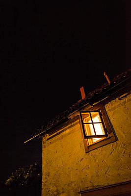 Haus mit beleuchtetem Fenster - p1418m1571909 von Jan Håkan Dahlström