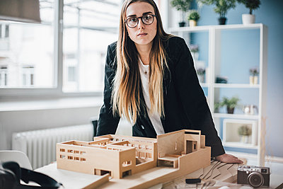 Portrait of architect with architectural model in office - p300m1581569 von Gustafsson