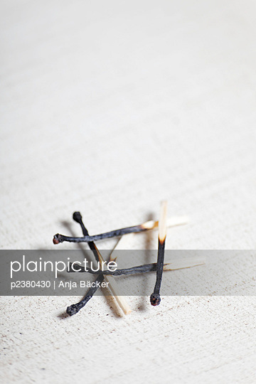 Verbrannte Streichhölzer - p2380430 von Anja Bäcker