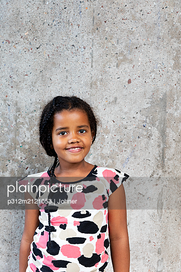 Smiling girl looking at camera - p312m2121053 by Johner