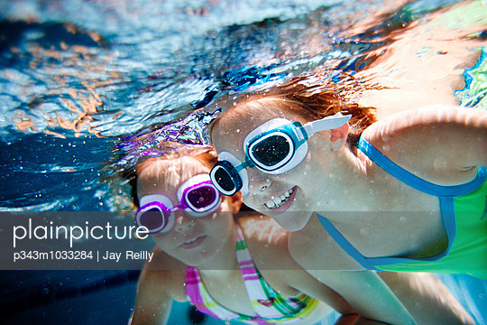 girls swimming in the pool - p343m1033284 by Jay Reilly