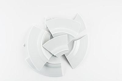 Broken plate - p1276m1200085 by LIQUID