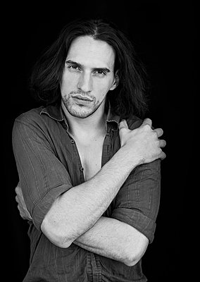 Long haired man, portrait - p1445m2133034 by Eugenia Kyriakopoulou