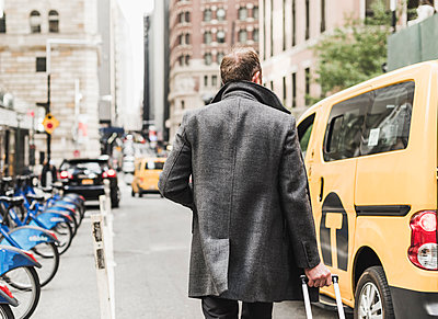 USA, New York City, businessman on the move in Manhattan - p300m1206185 by Uwe Umstätter