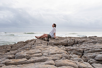 Woman with brown hair on the coast - p975m2064102 by Hayden Verry
