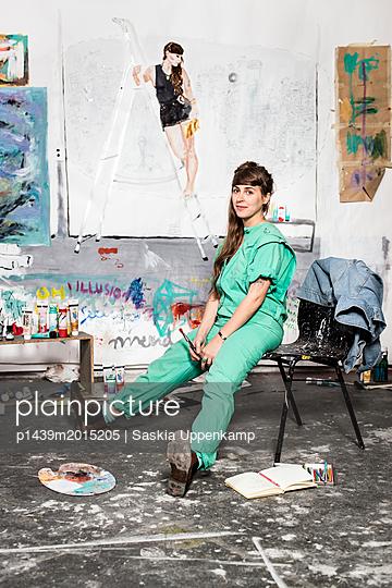 Künstlerin in ihrem Studio - p1439m2015205 von Saskia Uppenkamp