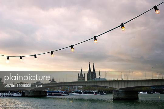 Kölner Kirmes und Dom im Hintergrund - p879m1538005 von nico