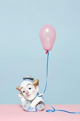 Clown mit Ballon - p237m1124536 von Thordis Rüggeberg