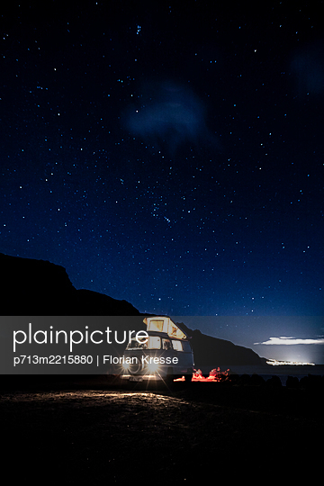 Sommerurlaub mit dem Van - p713m2215880 von Florian Kresse