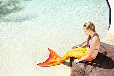 Meerjungfrau am Beckenrand - p045m925838 von Jasmin Sander