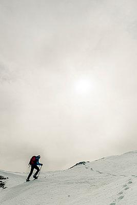 Bergwandern mit Schneeschuhen  - p081m1137253 von Alexander Keller