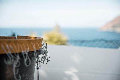 Eimer mit Angelhaken auf Korsika vor dem unscharfen Mittelmeer - p1162m1496534 von Ralf Wilken