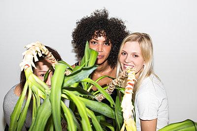 Drei junge Frauen stehen nebenainder - p1301m2020965 von Delia Baum