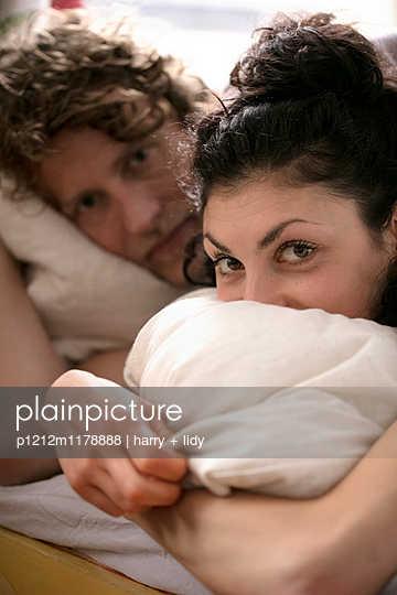 Paar im Bett - nah - p1212m1178888 von harry + lidy