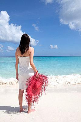 Woman on the beach - p0452402 by Jasmin Sander