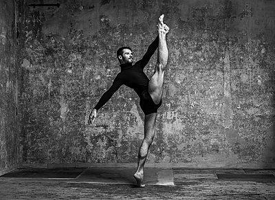 Ballet dancer - p1139m2210684 by Julien Benhamou