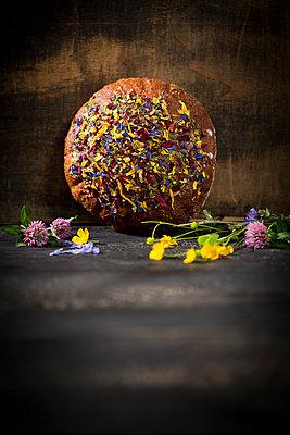 Flower bread on dark wood - p300m1175604 by Roman Märzinger