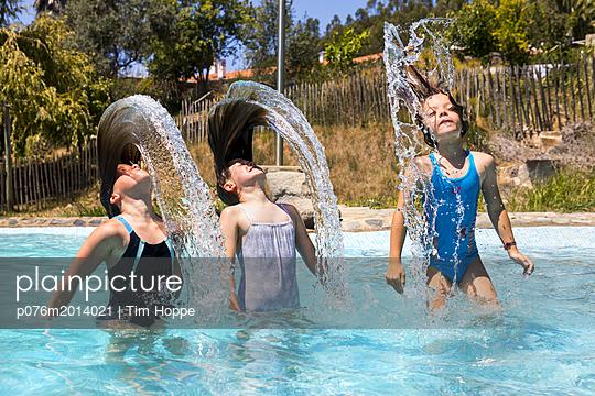 Im Pool - p076m2014021 von Tim Hoppe