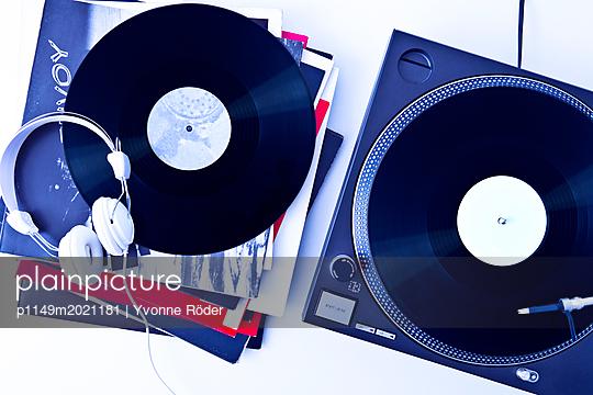 Plattenspieler und Schallplatten - p1149m2021181 von Yvonne Röder