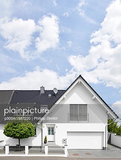 Germany, Cologne, white new built one-family house - p300m1587220 von Philipp Dimitri