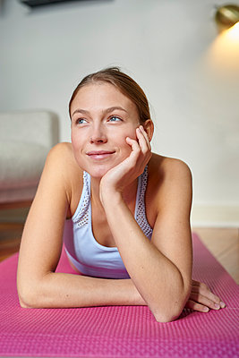 Young woman takes a break after workout - p1124m1589410 by Willing-Holtz