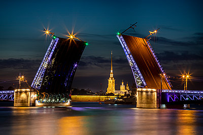 Illuminated bridge at night, St. Petersburg - p524m2125290 by PM