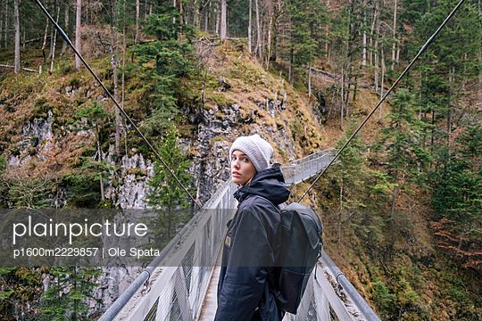 Frau auf einer Bergwanderung, Leutasch Klamm - p1600m2229857 von Ole Spata